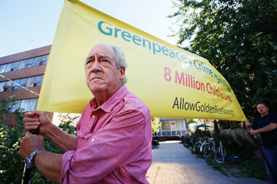 Patrick Moore, protesting in favour of genetically modified rice, outside the Toronto Greenpeace office in 2013.