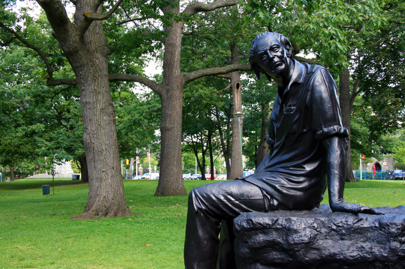 Purdy, Al statue Toronto_01