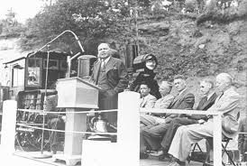 macmillan-hr-addressing-a-crowd-in-port-alberni-1954